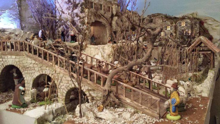 Cher(e) ami(e)s, Je vous propose de découvrir la crèche de Marc de Marseille qui a commencé par mettre les éléments du décor. Ces bâtiments sont en plâtre, des plaques qu'il coule, ensuite après un long séchage, Marc découpe et grave les pierres, il pose...