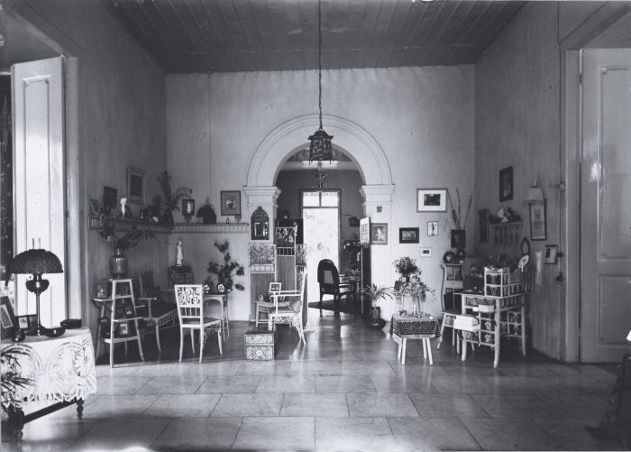 Interieur van een galerij in een huis Nederlands-Indië