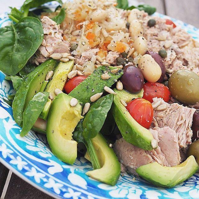 Luchtips! Denna sallad är perfekt att ha med som matlåda. Full med nyttiga fetter, probiotika, protein och ekologiska grönsaker. Hela salladen hittar du på bloggen, direktlänk i bio . #surkål #sallad #hälsa #hälsokost #mjölkfritt #mejerifritt #healthy #healthyfood