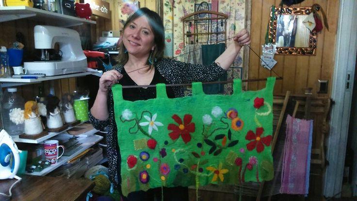 Carol y su bello mural con aplicaciones