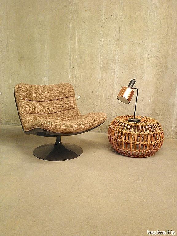 Fantastische stoel ontworpen door Geoffrey Harcourt voor Artifort in 1968. Deze stoel type F978 is origineel uit 1968. De bruine polyurethaan schelp met de tulp voet is kenmerkend voor dit model. Het zitcomfort is optimaal met draaibare voet. Een prachtig kleuren contrast tussen de zand-camel mêlee kleurige stof en de  donker bruine kuip. Mooi door zijn eenvoud en stijlvol lijnenspel.  Prijs: 849,-