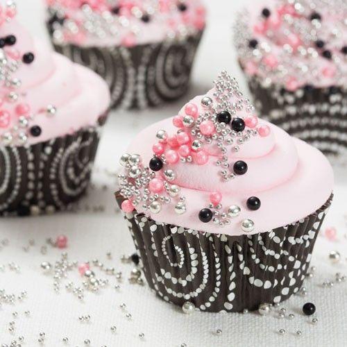 Deze parel cupcakes zijn eenvoudig te maken met de instructies in dit recept. Eerst maak je de cupcakes, gebruik hier voor de FunCakes mix voor cupcakes. Bereid daarna de botercrème met de handige mix van FunCakes.
