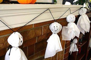 Festoni spaventosi, qui le foto http://www.pianetadonna.it/foto_gallery/casa/festoni-e-decorazioni-di-halloween/ghirlanda-halloween-con-fantasmini.html#ancora-view-gall
