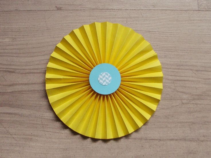 Rozete de hartie personalizate cu elemente de petrecere tematica Minions.  Setul contine 2 rozete cu diametrul de 10 cm,2 rozete cu diametrul de 15 cm si 1rozeta cu diametrul de 30 cm.