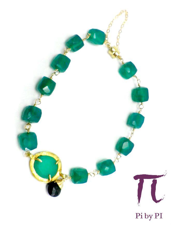 Pulsera de ónix verde y negro con cierre imán en oro gold filled y cadena de seguridad.