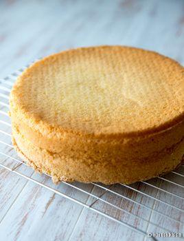 """Gluteeniton kakkupohja.  Helppo ja kuohkea gluteeniton kakkupohja syntyy """"kaikkea yhtä paljon"""" -periaatteella perunajauhoista ja gluteenittomasta jauhoseoksesta."""