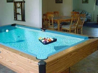 Ein Billardtisch ist mit Wasser gefüllt, die Kugel schwimmen auf dem Wasser.