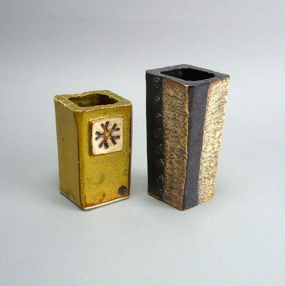 Eine kleine gelbe Vase mit gestempelt. Maße: Höhe 4,25 Zoll und Basis ist 2,5 Zoll Platz ca. (11 cm x 6,5 cm im Quadrat) Es ist ein verschiedenster Stempel auf der Rückseite, so dass Sie das Aussehen variieren können. Diese Vase wurde Platte gebaut und sanft Gefahren in Form, was zu leichten Unregelmäßigkeiten, die es seinen Charme verleihen. Es macht auch die Vase ganz massiv und schwer. Ich diese Vase sehr sorgfältig verpacken und versenden per Einschreiben. Dieses Angebot ist für eine...