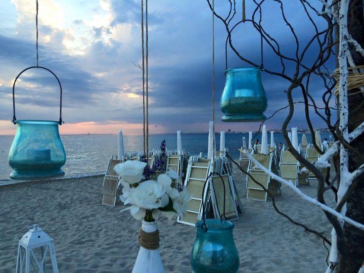 White wedding on the beach. Mariage en blanc sur la plage.