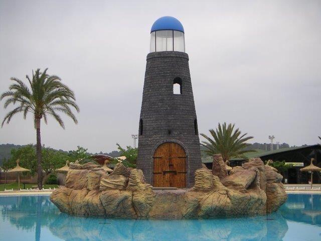 """Monumental y espectacularf  """"faro"""" de 12m en piscina de Olas en Aquapark. Diseño, estructura y tematización. Isla y piedras. Instalaciones técnicas."""
