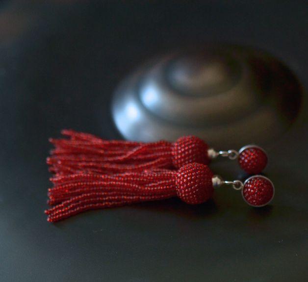 Fransen Ohrhänger aus roten Glasperlen.  Die Perlen sind mit reissfestem Faden um Formen aus Buchenholz gehäkelt die Stecker sind aus Silber 925.  Es gibt diese wunderschönen Ohrhänger auch in...