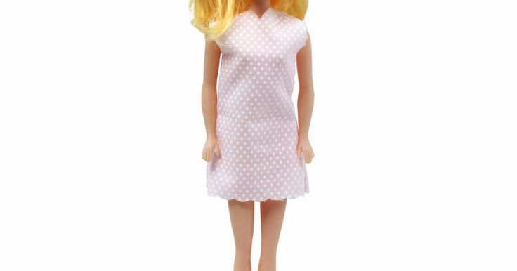 """Como fazer perucas para bonecas Barbie. As bonecas Barbie têm sido brinquedos populares entre as meninas há anos. Mesmo que essas bonecas sejam brinquedos """"para todas as épocas"""", há opções para reinventar a boneca clássica. Uma dessas opções é criar perucas para as Barbies, a fim de que as crianças possam mudar o visual de suas bonecas. Leia este artigo para aprender a fazer perucas ..."""