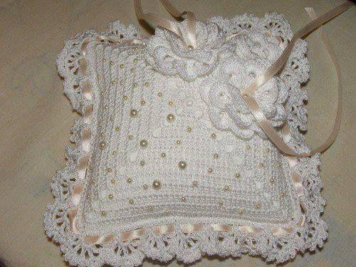 Luty Artes Crochet: Tenho encontrado trabalhos lindos de crochê,mais essas almofadas são lindas.