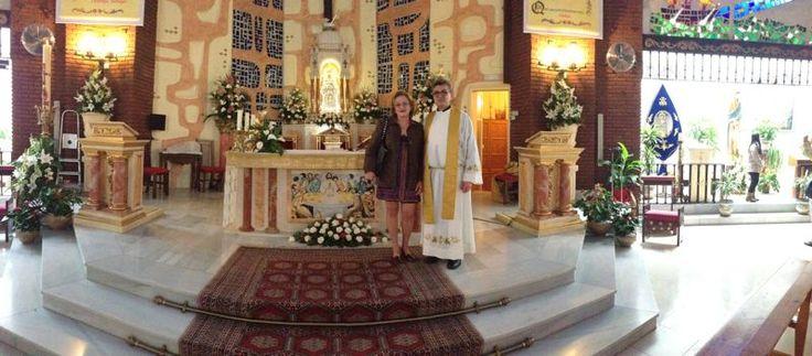 Con Don Eduardo el Párroco de la Iglesia Virgen Madre de Nueva Andalucía En Marbella-MALAGA el día de la bendición del altar y el mural de La Santa Cena. podeis ver mis trabajos en www.isabelgan.es
