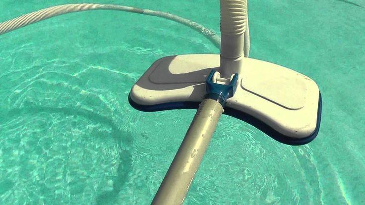 A hagyományos porszívót a keringtető szivattyú szívó ágához csatlakoztatom. A visszafolyó ágra sűrű szövésű anyagból készült zsákot rögzítek, így nem csak a papír szűrő, a zsák is szűri a visszafolyó vizet. Porszívózás előtt párszor körbe megyek a medencébe, emiatt a víz körbe forog. Ha a víz forgása megállt a szennyeződés a medence közepén lerakódik és ezt porszívóval kiszippantom.