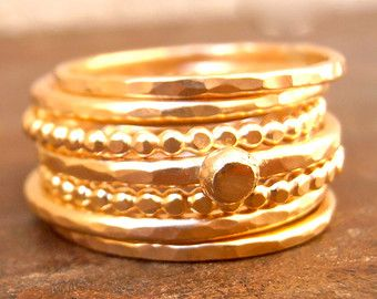 Pila de anillos de oro martillado anillo ancho oro por OliveGems
