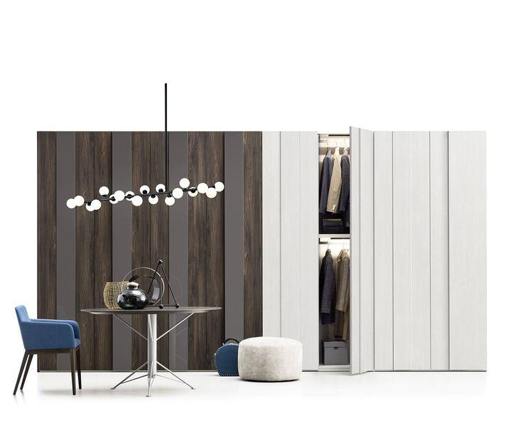 Design Kleiderschrank Plisse von Novamobili. Der Kleiderschrank hat zweifarbige Flügeltüren mit einem Paneel in Holzoptik und einem in Lack. Die Breite, die Höhe und das Innenleben können individuell an die Wünsche angepasst werden.