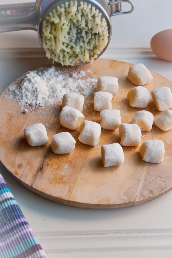 Recept Parmezaan gnocchi zelf maken. Overgebleven gekookte aardappelen? Maak er gnocchi van. Recept om ze zelf te maken. Kliekjes recept.