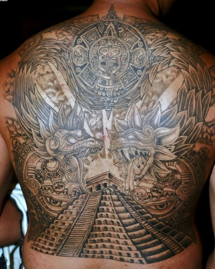 Además de la Piedra del Sol aparece Quetzalcóatl y la pirámide de Kukulkán en Chichén Itzá / Imagen: tattoobite.com