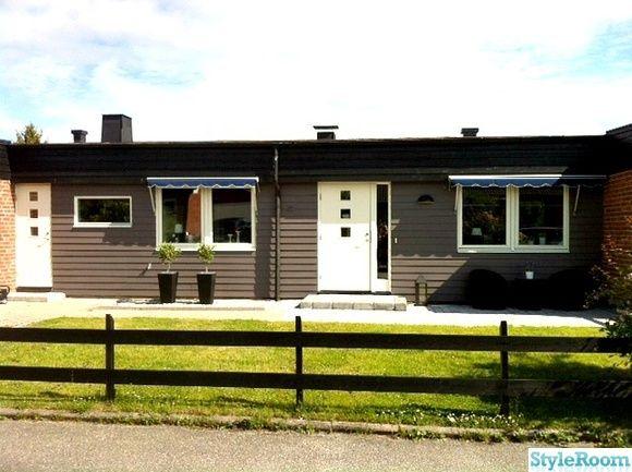 fasad,liggande träpanel,grått hus,marksten,svart staket,sjösten,dkorationssten,markiser,rottingkrukor