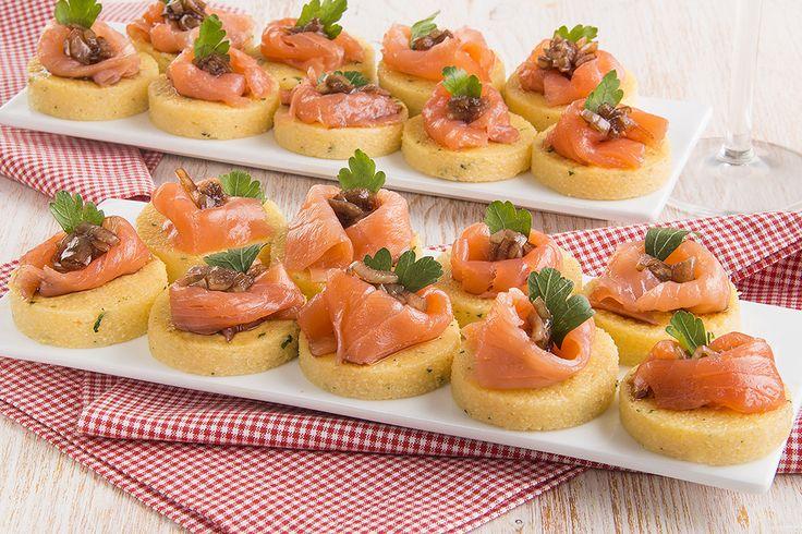 Tartine di polenta con salmone affumicato e cipolla al balsamico