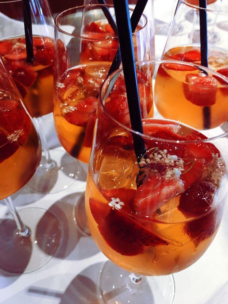 Erdbeer-Holunderblüten-Bowle - ein herrliches Getränk für laue Frühsommerabende!