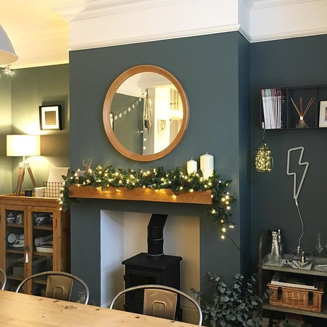 Cosy and festive! ✨ I may even attempt to bake something today as the hubby is in bed with a hangover! #home #interior #interiors #festive #fairylights #fireplace #garland #christmas #styleitdark #victorianhome #diningroom #industrial #interiordesign #myhomevibe #myhyggehome #myhometrend #decor