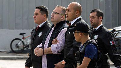 Guatemala extradita a México a ex gobernador de Veracruz acusado de corrupción  CIUDAD DE GUATEMALA.- Las autoridades guatemaltecas extraditaron este lunes a México al ex gobernador de Veracruz Javier Duarte de Ochoa, reclamado por corrupción en ese país.