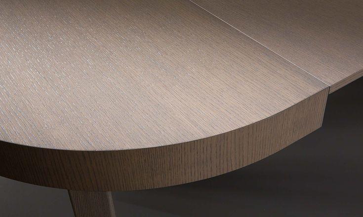 Tavolo rotondo Zed Zed è il tavolo rotondo che diventa oblungo quando è allungabile con struttura in legno. E' semplice e minimal per chi ama delle geometrie più sinuose. Il tavolo Zed è disponibile in diverse finiture del legno. Meccanismo di estensione in alluminio brillantato. Finiture di serie: rovere tinto bianco e cenere. Finiture a richiesta: rovere tinto grigio, tabacco, naturale, miele, noce, ciliegio e wengè.