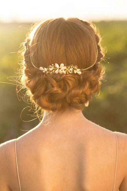 Peinado de #novia con #trenza clásica y tiara de joya