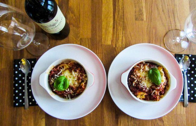 Lasagna bolegnese Van deze lasagna maak ik altijd lekker veel zodat we er vaker van kunnen eten. Je kan deze lasagna namelijk fijn invriezen. Meestal betekent dit dat de lasagna binnen 2 weken op is, zo lekker vinden wij hem. Dit is zo'n heerlijk succesrecept dat eigenlijk bijna iedereen lekker vindt. Zeer geschikt voor een etentje.  Mooi te combineren met de recepten gegrilde asperges en Italiaanse pomodori salade, die ook op de website www.vertruffelijk.nl te vinden zijn.