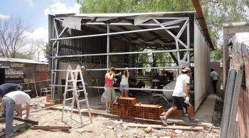Con el aporte de voluntarios de la Facultad de Ingeniería de la UBA, Ingeniería Sin Fronteras Argentina, la Universidad Nacional de San Martín y otras organizaciones civiles y gubernamentales, vecinos del barrio La Cárcova pusieron en marcha una fábrica de aberturas metálicas.