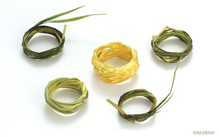 Grasring van goud: deze speciale ring is een exacte kopie in goud van een gevlochten grashalm! Er zijn tien variaties van, dus kom ze eens bekijken in onze trouwringenstudio in Amersfoort of Veenhuizen.