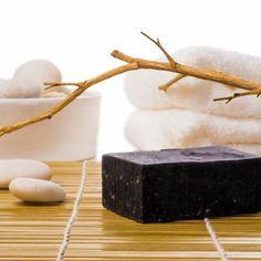 DIY-Geschenkidee: Rezept für selbst gemachte Schwarze Seife - eine nach exotischen Blüten duftende Seife, die pflegt und regeneriert ...