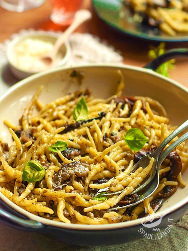Trofie with mushrooms - Trenta minuti e il vostro primo del boscaiolo è in tavola. Le Trofie ai funghi sono un piatto che necessita di ingredienti freschissimi e ben scelti! #trofieaifunghi
