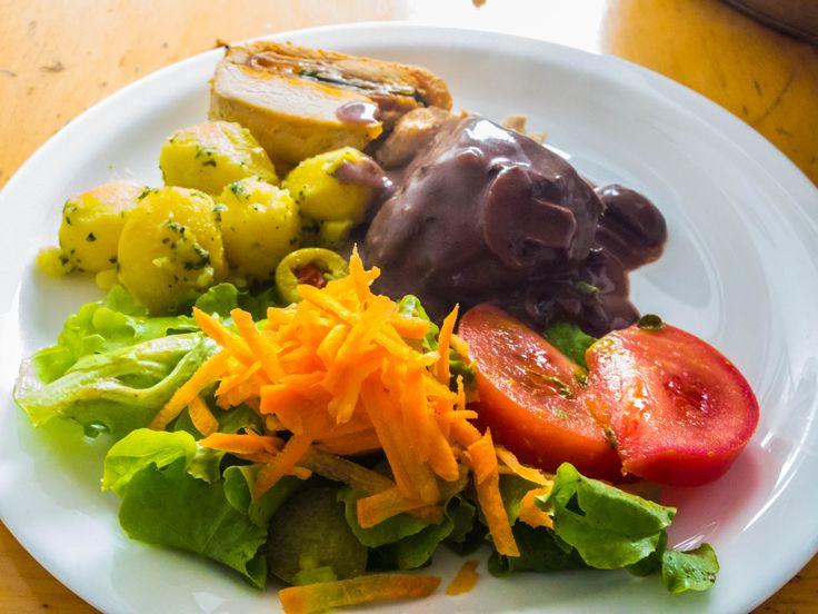 Medallón de pollo relleno con Lomo Fino de res en salsa de champiñones y vino tinto, papas salteadas y ensalada fresca