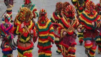De chocalhos à cintura e vara na mão, os caretos têm o diabo no corpo. Correm, saltam, dançam, perseguem as raparigas solteiras, intimidam visitantes. A brincar a brincar, este Carnaval recicla tradições e enche de orgulho o povo da aldeia de Podence.