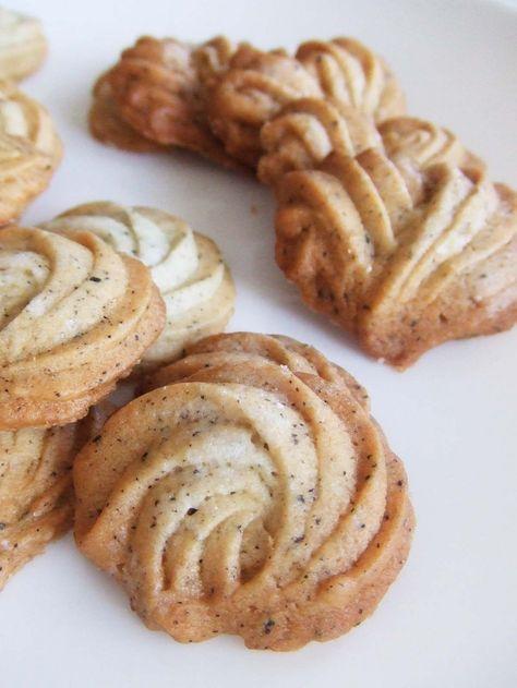 ケーキ屋さんの★卵白ダージリンクッキー★ サクッと軽い絞り出し卵白クッキー!材料も家にあるもので揃いスグ出来る優れもの♪紅茶の香りと甘み、そしてポイントの塩気が◎材料 (薄め約φ3㎝で約40ヶ分) バター 100g ★グラニュー糖 60g ★紅茶葉 小さじ1 塩 1.5g(小1/4強) 卵白 50g(1個分でOK) 薄力粉 120g グラニュー糖(焼く時にかける) 適量