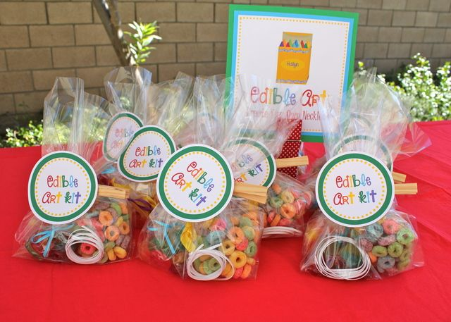 Edible Art Kit Party Favors at a Rainbow Art Party #rainbow #artpartyfavors
