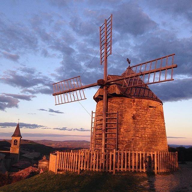 Lautrec est un charmant village, classé parmi les plus beaux villages de France dominé par son moulin du 17ème siècle. Merci @patzapater d'avoir partagé cette image avec #TourismeMidiPy #tourismetarn  #france #lautrec