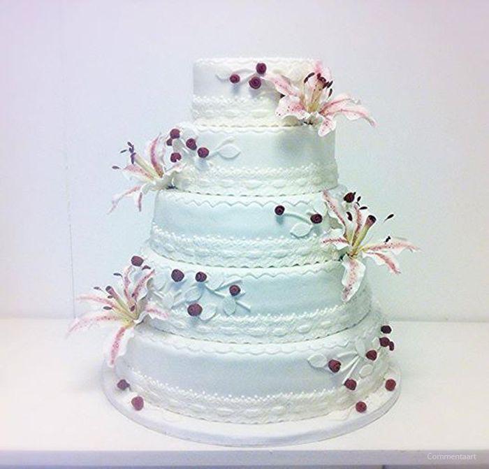 Bruidstaart voor 70 personen met suikerlelie's. Bovenste twee lagen zijn dummie taarten om te bewaren