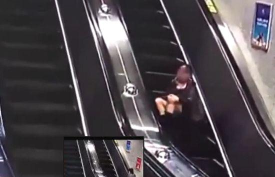 (Video) Chica cae y rueda por escaleras eléctricas - http://www.esnoticiaveracruz.com/video-chica-cae-y-rueda-por-escaleras-electricas/