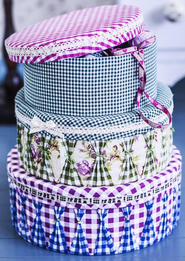 Remake old hat boxes with fabric. Koristele rasiat uusiksi kankailla. Vintage-tyyli syntyy kangaskerroksilla ja vekeillä. Katso Unelmien Talo&Kodin ohje.