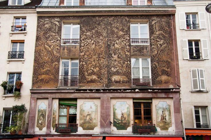 Immeuble 134 de la rue Mouffetard Si vous connaissez la rue Mouffetard, vous n'avez pas pu passer à côté de la façade de l'immeuble du n°134, juste en face de l'église Saint-Médard : dessus, quatre panneaux d'imitation marbre et de nombreux décors champêtres d'animaux et de fleurs, réalisés avec la technique italienne du sgraffito, sorte de gravure sur ciment, très rare en France. Si l'on y admire des cerfs, des biches, des porcs, c'est parce que cette adresse était à l'époque celle d'un…