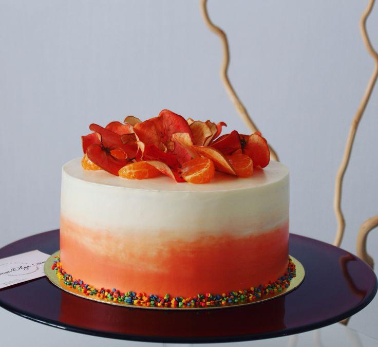 Осень, золотая #осень... Шуршит золотая #листва...  Вот так и получился этот осенний #торт.  Внутри влажные апельсиновые #бисквитные #коржи, крем-чиз, украшен торт #омбре и яблочными чипсами. Автор instagram.com/uzyaolga