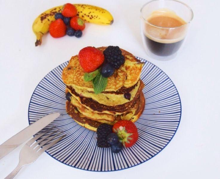 eiwitrijk-pannenkoeken-recept-met-banaan-en-blauwe-bessen-fitness-meiden-blog
