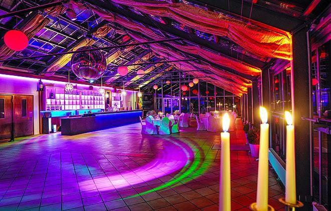 Auch am Abend ist das CREMON-GLASHAUS eine wahre Augenweide – Die atemberaubend hohen Decken komplett aus Glas im Zusammenspiel mit der modernen Lichttechnik verzücken jeden Gast.