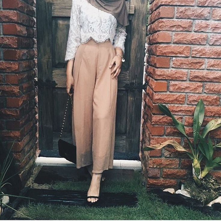 Pinterest: eighthhorcruxx. Wide legged trousers with heels.