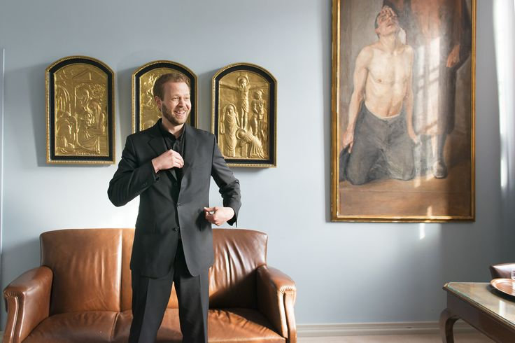 Man in black. Happy man. Smile. Portrait. Leather couch. Art. Photography. Photo by Mikael Ahlfors.