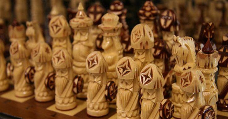 ¿Cómo hacer un juego de ajedrez con papel?. El ajedrez es un juego de mesa de 1500 años que tiene reglas simples pero requiere una estrategia compleja. A lo largo de los años han existido infinidad de tableros de ajedrez, con muchas variantes del clásico de 32 piezas. Los tableros de ajedrez varían enormemente en precio. Con una conexión a internet, unos cuantos materiales y una hora o ...